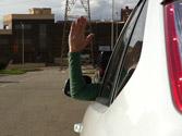 ¿Qué está indicando este conductor con el brazo? 4