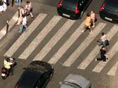 Hay muchos vehículos circulando y prevé que va a quedar detenido en el paso para peatones. ¿Debe entrar en el paso? 1