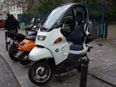 ¿Cuántos espejos retrovisores tiene que llevar instalados una motocicleta con estructura de autoprotección? 1