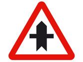 En esta intersección y según la señalización, ¿a qué vehículos debe ceder el paso? 2